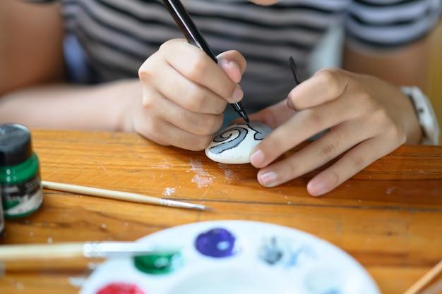 교실에서 클로즈업 어린 소녀 그림 락 아트입니다.