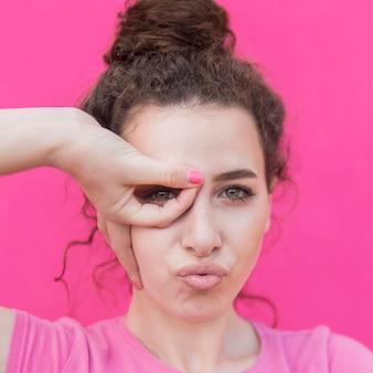 Молодая девушка крупным планом с зелеными глазами