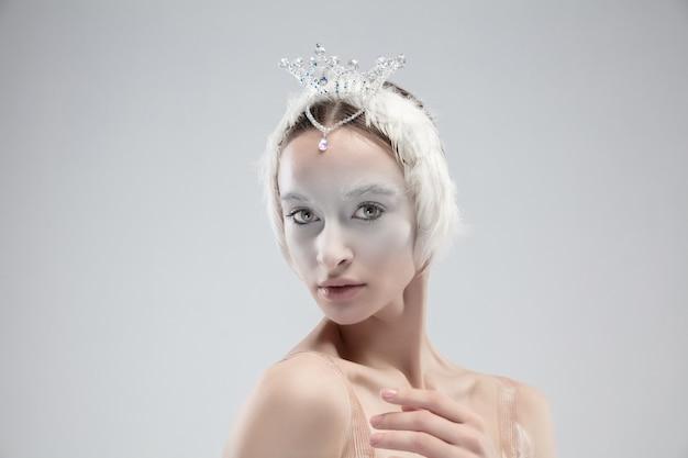 Primo piano di giovane ballerina graziosa su sfondo bianco studio