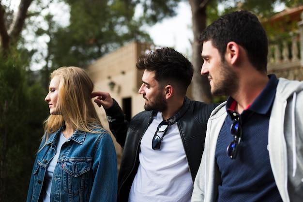 Close-up di giovani amici maschi e femmine