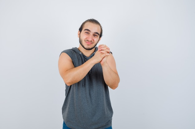 Primo piano sul giovane gesticolare isolato