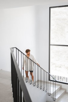 Primo piano sul giovane in una casa di viaggio di lusso