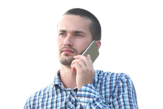 Закройте вверх. молодой человек разговаривает по мобильному телефону. люди и технологии