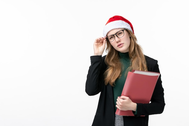 Primo piano sulla giovane donna graziosa che indossa il cappello di natale isolato