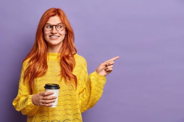 Primo piano su una giovane donna dai capelli rossi che gesturing