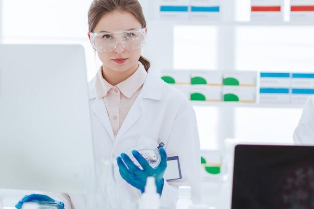 닫기 up.young 과학자들은 의료 실험실에서 작동합니다.