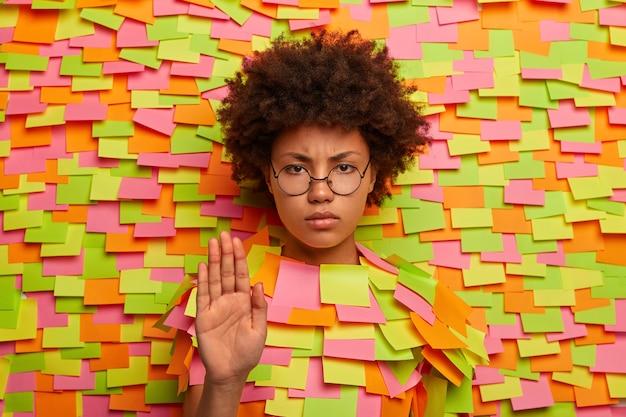 Primo piano sul giovane studente circondato da note adesive