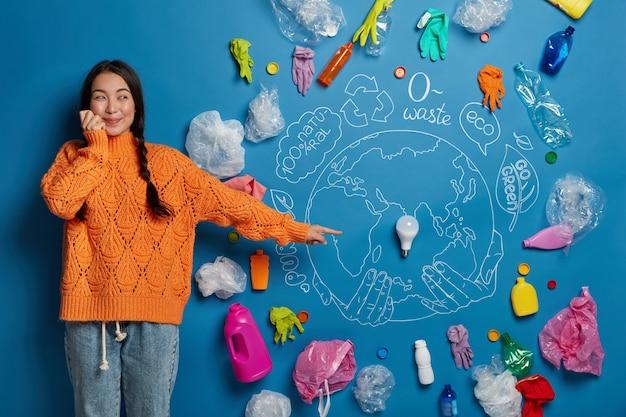 Primo piano sulla giovane donna attivista vicino al collage di concetto di ecologia