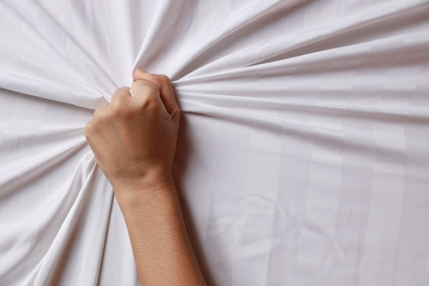 Закройте руки молодой женщины, потянув белые листы