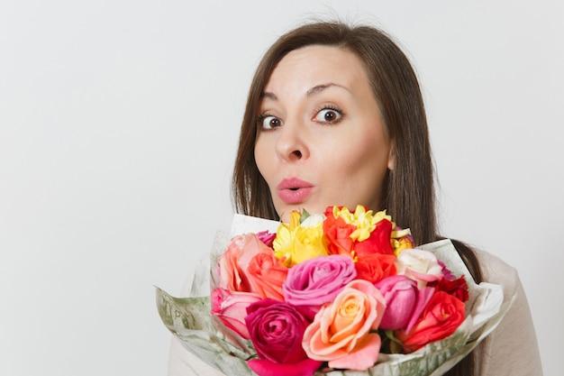 흰색 배경에 격리된 아름다운 장미 꽃다발을 들고 있는 젊은 여성을 클로즈업하세요. 광고 공간을 복사합니다. 텍스트에 대 한 장소. 성 발렌타인 데이 또는 국제 여성의 날 개념