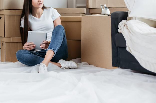 확대. 새 아파트를 온라인으로 구매하는 젊은 여성