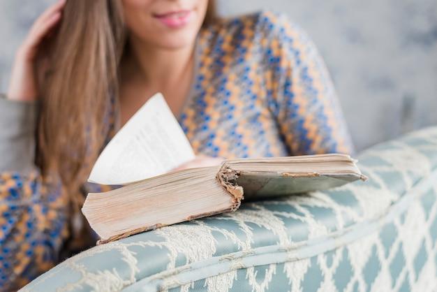 Primo piano di un libro di lettura di giovane donna