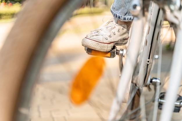 Крупным планом молодая женщина, езда на велосипеде