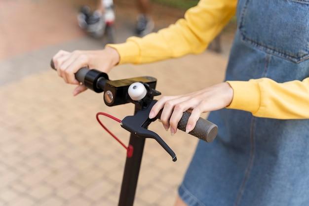 Крупным планом молодая женщина на скутере