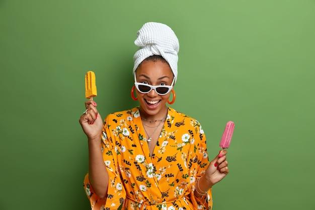 Primo piano sulla giovane donna che indossa accappatoio e asciugamano avvolto sulla testa