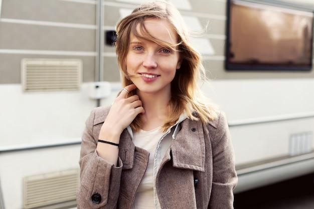 Primo piano di giovane donna con i capelli biondi