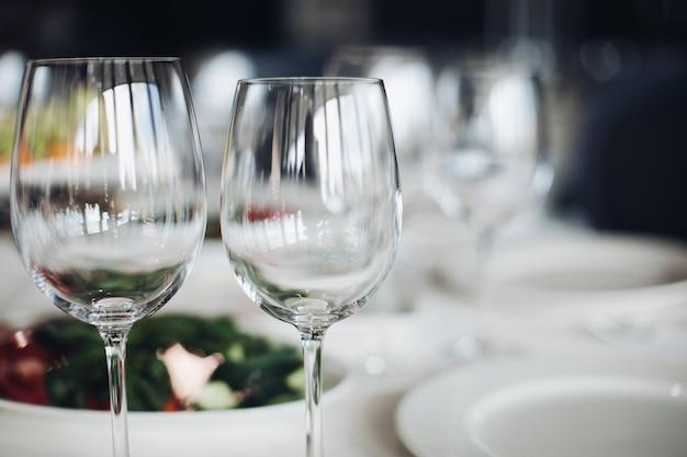 Пустые рюмки в close-up. конец-вверх пустых бокалов на таблице свадьбы в фокусе.