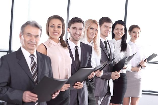 チームワークの概念をビジネスドキュメントでクローズアップビジネスチーム