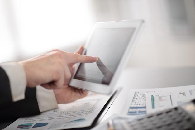 職場でデジタルタブレットを使用してアップビジネスマンを閉じる