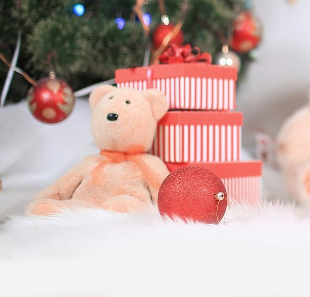 크리스마스 배경에 선물 상자와 바구니를 닫습니다