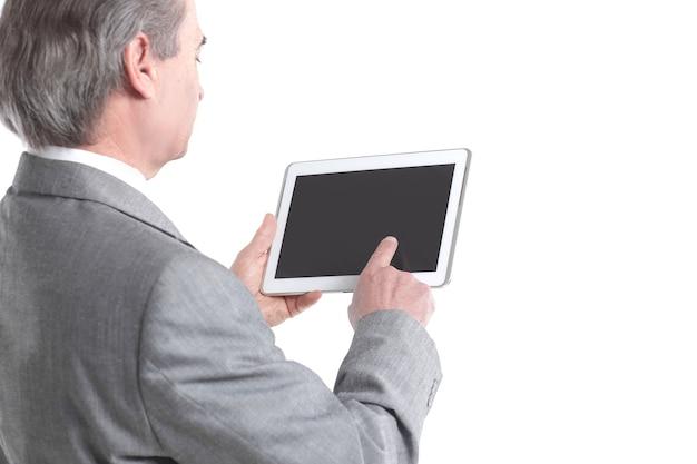 사업가가 흰색 배경에 격리된 태블릿 화면 후면 보기를 가리킵니다.