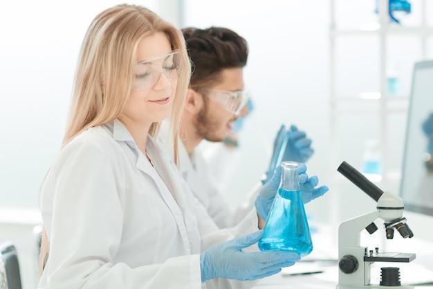 액체를 실험하는 젊은 과학자들