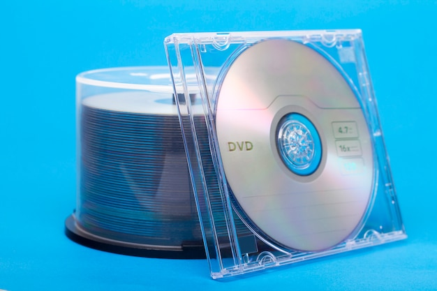 Близкий взгляд пачки девственных компакт-дисков.