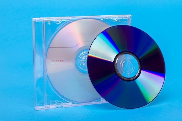 Близкий взгляд случая драгоценности с девственными дисками dvd и cd.