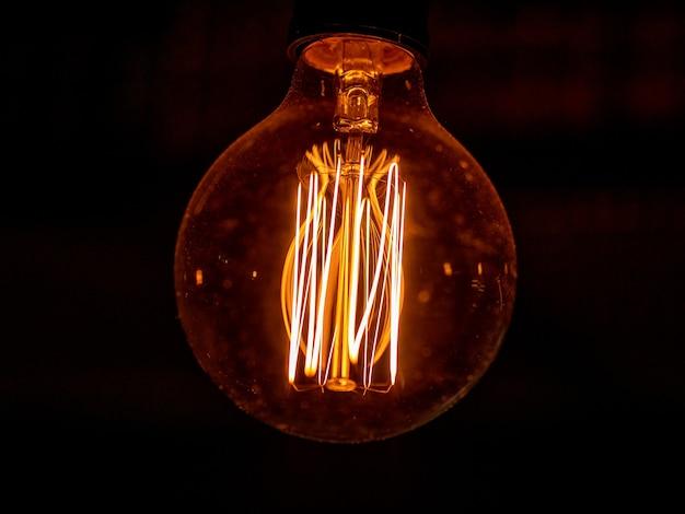 温かみのある光でビンテージ ランプのビューを閉じます。