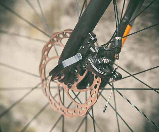黒の自転車で良好な状態のブレーキディスクのビューを閉じる