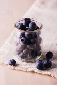 ガラスの瓶の中の新鮮なブルーベリーの拡大図