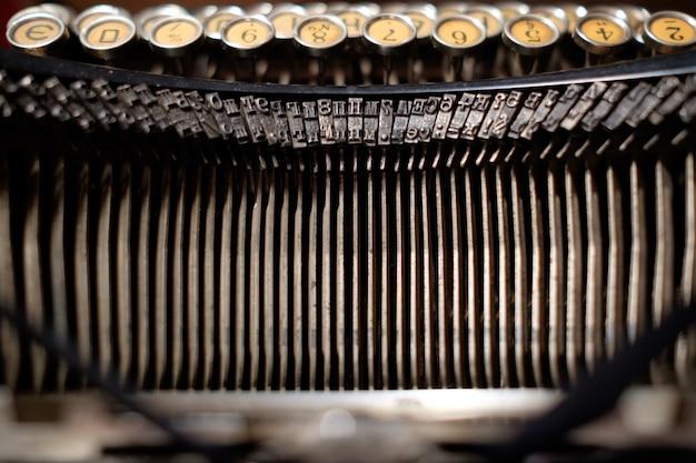 Близкий взгляд старой машины печатать ретро механика