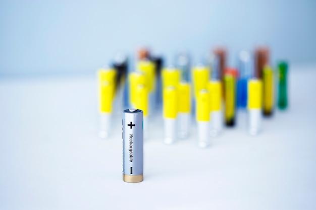Крупным планом вид аккумуляторной батареи с множеством неперезаряжаемых батареек на расфокусированном фоне