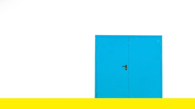 Закрытая синяя дверь на белой стене