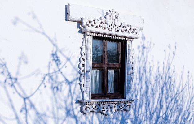 돌 집에서 닫힌 된 푸른 창 블라인드