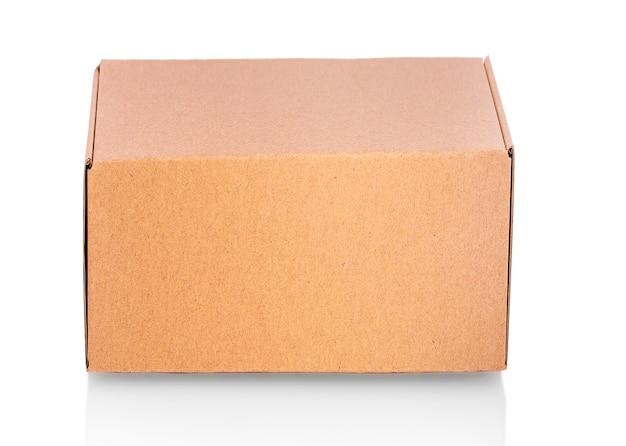 Закрытая картонная коробка заклеена и изолирована на белом.