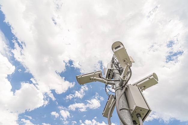 空を背景に閉回路カメラ