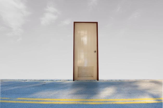 Закрытая дверь на улице на небе с облачным фоном для ожидания открытого успеха свободы