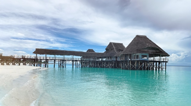 Закрытый во время пандемии ресторан на воде на берегу индийского океана на острове занзибар. концепция отдыха и туризма.