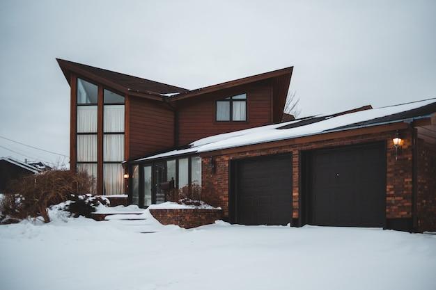 Закрытые гаражные двери коричневого дома