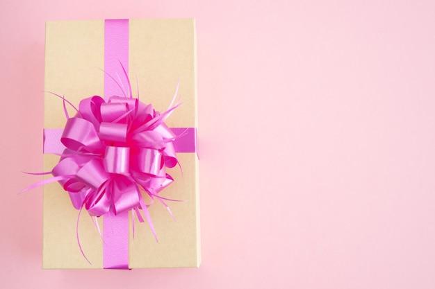 Закрытая подарочная коробка с украшениями на розовом фоне. скопируйте пространство. концепция день святого валентина, день матери, юбилей.