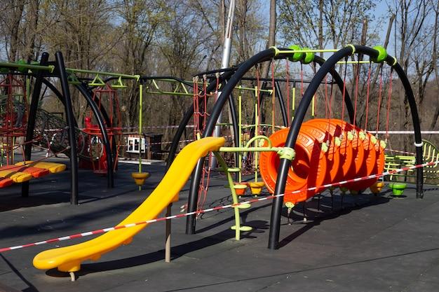 子供の遊び場を閉鎖。コロナウイルスの予防covid-19。 sars-cov-2。コロナウイルスの伝染を阻止するために、社会的距離を空けるため、遊び場は公開されていません。公共の遊び場に子供はいません。