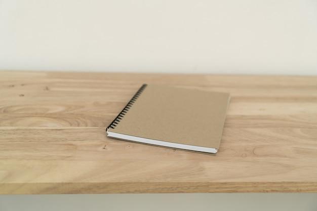 木製のテーブルに閉じたノート