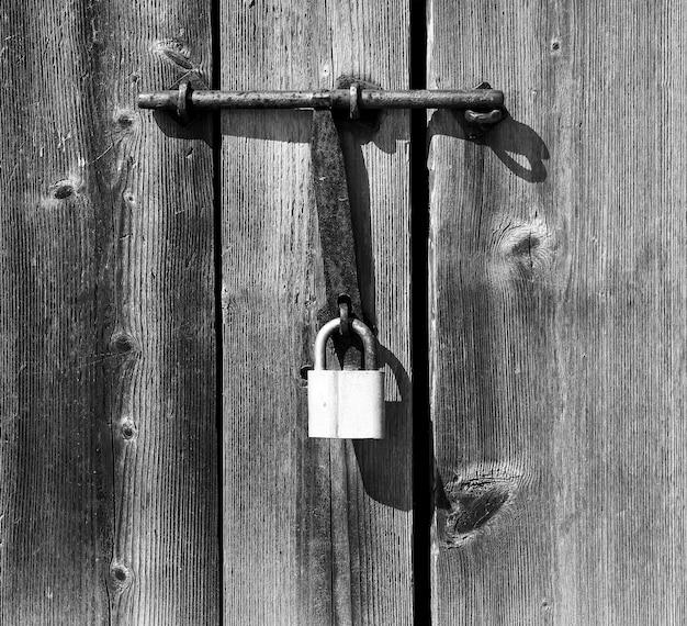 닫힌 된 오래 된 문 금속 잠금 배경