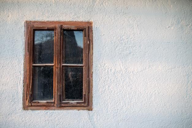 Закрытое старое деревянное окно