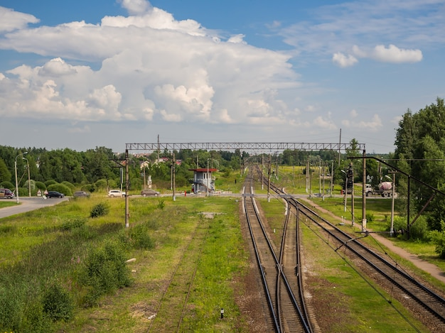 Закрытый железнодорожный переезд в сельской местности. с высоты птичьего полета