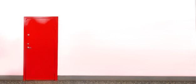 Закрытая красная дверь на белой стене