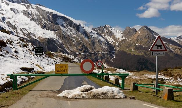 Закрытая дорога в горах
