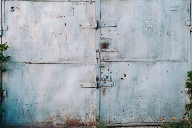 Закрытые ржавые металлические гаражные ворота