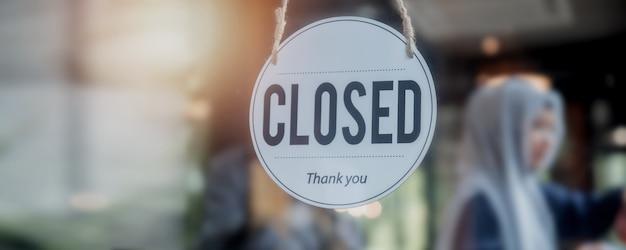 Закрытый знак перед дверью кафе и магазина, новая нормальная и бизнес-концепция во время коронавируса или covid-19